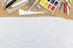 Werkzeuge für das Zeichnen: Aquarellfarben, Malerpinsel, färbten chal Stockfotos