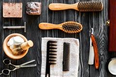 Werkzeuge für den Schnitt von Draufsicht des Bartfriseursalons über hölzernen Hintergrund lizenzfreies stockbild