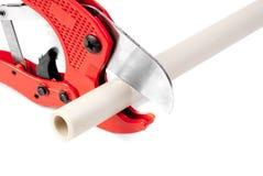 Werkzeuge für den Schnitt von PVC-Rohr lokalisiert auf Weiß Stockbild