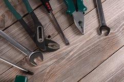 Werkzeuge für hölzernen Hintergrund der Reparatur Stockfoto