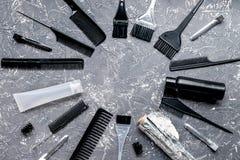 Werkzeuge für Haarfärbemittel im Friseursalon auf Draufsicht des grauen Hintergrundes Lizenzfreie Stockfotos