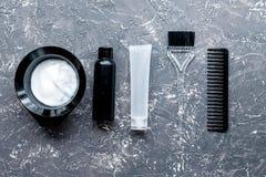 Werkzeuge für Haarfärbemittel im Friseursalon auf Draufsicht des grauen Hintergrundes Stockbild