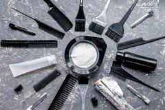 Werkzeuge für Haarfärbemittel im Friseursalon auf Draufsicht des grauen Hintergrundes Lizenzfreies Stockfoto
