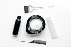 Werkzeuge für Haarfärbemittel im Friseursalon auf Draufsicht des weißen Hintergrundes Stockfoto