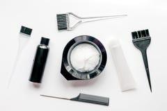 Werkzeuge für Haarfärbemittel im Friseursalon auf Draufsicht des weißen Hintergrundes Lizenzfreies Stockfoto