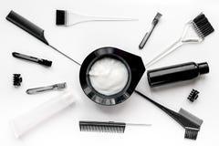 Werkzeuge für Haarfärbemittel im Friseursalon auf Draufsicht des weißen Hintergrundes Lizenzfreies Stockbild