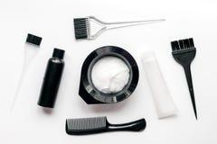 Werkzeuge für Haarfärbemittel im Friseursalon auf Draufsicht des weißen Hintergrundes Stockbild