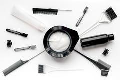 Werkzeuge für Haarfärbemittel im Friseursalon auf Draufsicht des weißen Hintergrundes Stockbilder