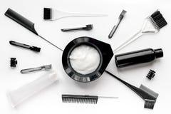 Werkzeuge für Haarfärbemittel im Friseursalon auf Draufsicht des weißen Hintergrundes Stockfotografie