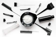 Werkzeuge für Haarfärbemittel im Friseursalon auf Draufsicht des weißen Hintergrundes Stockfotos