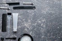 Werkzeuge für Haarfärbemittel im Friseursalon auf grauem Draufsichtmodell des Hintergrundes Stockbild