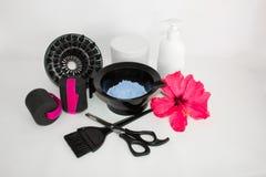Werkzeuge für Haarfärbemittel- und hairdyeweißhintergrund Friseur gelegt mit Haarfärbemittel und Bürste, Scheren und Lockenwickle lizenzfreie stockfotos