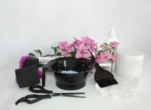 Werkzeuge für Haarfärbemittel- und hairdyeweißhintergrund Friseur gelegt mit Haarfärbemittel, Folie und Bürste, Scheren und Locke stockbild