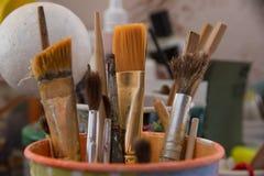 Werkzeuge für Näharbeit und Zeichnung, Bürsten, Farben, Bleistifte Stockfotografie