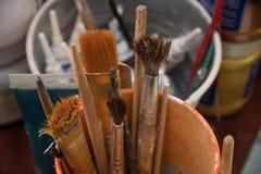 Werkzeuge für Näharbeit und Zeichnung, Bürsten, Farben, Bleistifte Lizenzfreie Stockfotos