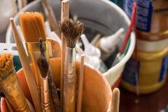 Werkzeuge für Näharbeit und Zeichnung, Bürsten, Farben, Bleistifte Lizenzfreies Stockfoto