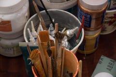 Werkzeuge für Näharbeit und Zeichnung, Bürsten, Farben, Bleistifte Stockbilder