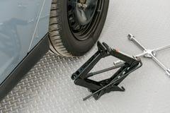 Werkzeuge für Nahaufnahme der ändernden Räder Stockbild