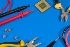 Werkzeuge für Reparatur liegen auf dem Tisch Stockbild