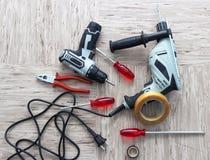 Werkzeuge für Reparatur, Schraubenzieher, elektrische Bohrmaschine, Galvanoschraubenzieher, Isolierband stockfotos