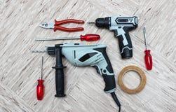 Werkzeuge für Reparatur, Schraubenzieher, elektrische Bohrmaschine, Galvanoschraubenzieher, Isolierband stockbild
