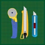 Werkzeuge für den Schnitt des Papiers und des Gewebes Teppichmesser, Schneidematte, Drehblattschneider Stockfoto