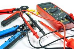 Werkzeuge und Ausrüstung für Elektroarbeit über einen weißen Hintergrund Stockbilder