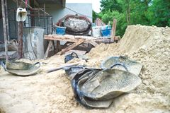 Werkzeuge und Ausrüstungen für Bau mit dem Sandhaufen lizenzfreie stockbilder