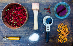 Werkzeuge und Bestandteile für Beerenmarmelade Stockfoto