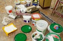 Werkzeuge und Farbendosen im Raum für das Malen für Reparaturarbeit lizenzfreies stockbild