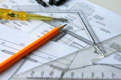 Werkzeuge und Papiere mit Skizzen auf dem Tisch Stockfoto
