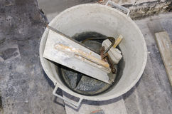 Werkzeuge und Zement in einem Eimer Stockfoto