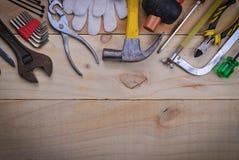 Werkzeugerneuerung auf hölzerner Tabelle stockfotografie