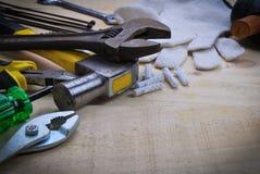 Werkzeugerneuerung auf hölzerner Tabelle Lizenzfreie Stockbilder