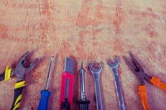 Werkzeugerneuerung auf Holztisch Lizenzfreie Stockfotos