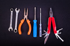 Werkzeugerneuerung auf schwarzer Tabelle Lizenzfreies Stockbild