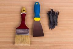 Werkzeuglüge auf einem hellen hölzernen Hintergrund Stockfoto