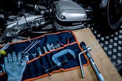 Werkzeugsatz auf dem Tisch mit Schwarzweiss-Abdeckung des einzylindrigen Zylinderkopfes der Szene in BMW-Motorrad Stockbild