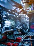 Werkzeugsatz auf der Abdeckung der Plattform und des einzylindrigen Zylinderkopfes in BMW-Motorrad kaufen Stockfotos
