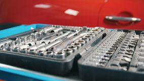 Werkzeugsatz im offenen Koffer stock footage