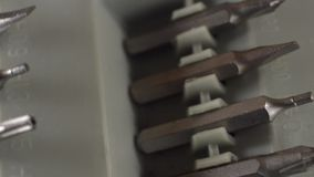 Werkzeugsatz rotiert auf einer Tabelle stock video