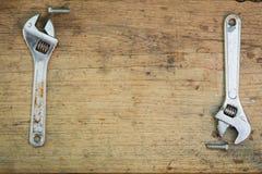 Werkzeugversorgungen auf einem hölzernen Hintergrund, Schlüssel Stockfotografie
