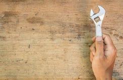 Werkzeugversorgungen auf einem hölzernen Hintergrund, Schlüssel Stockfotos