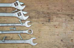 Werkzeugversorgungen auf einem hölzernen Hintergrund, Schlüssel Stockfoto
