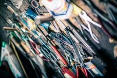 Werkzeugverwirrung in der alten Werkstatt Lizenzfreies Stockfoto
