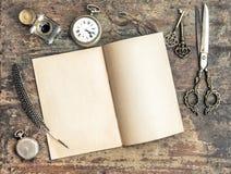 Werkzeugweinlese des offenen Buches und des Antikenschreibens Lizenzfreie Stockfotos