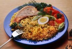 Wermiszel, kluski z wieprzowina stkiem gotowali się kurczaka jajko na błękitnym talerzu obrazy stock