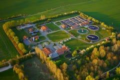 WERNIGERODE, SAXONY-ANHALT, ALEMANIA - 20 DE ABRIL DE 2019: Vista aérea de la depuradora de aguas residuales  imagen de archivo libre de regalías