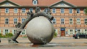 Wernigerode Tyskland, Maj 2018: Den original- springbrunnen i form av en boll, har skulpterar den en trädstam och litet Arkivbilder