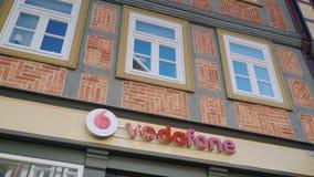 Wernigerode Tyskland, Maj 2018: Tecknet av Vodafone är en av de största mobiloperatörerna i Europa På fasaden av Arkivfoto